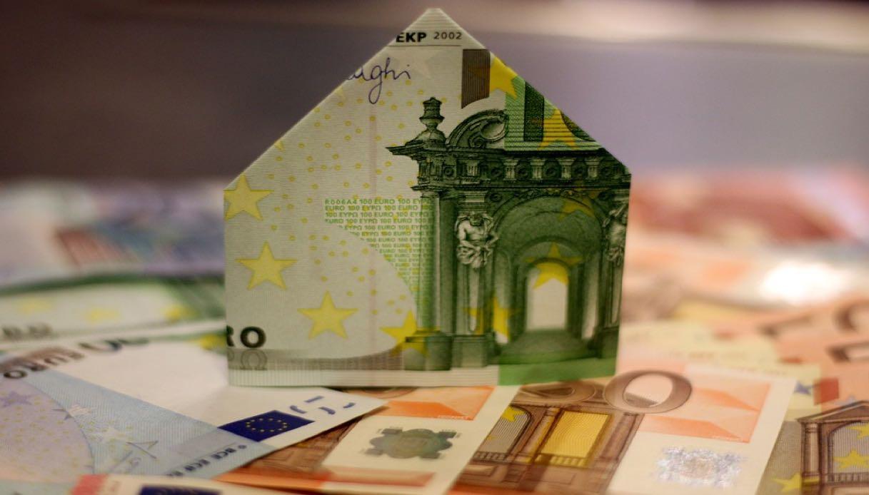 casa con banconota