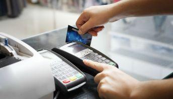 Pagamenti, cashless supera il contante: in Italia cresce utilizzo di carte e smart payments