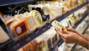 Formaggi, salumi e mozzarelle: in arrivo rincari per gli alimenti confezionati