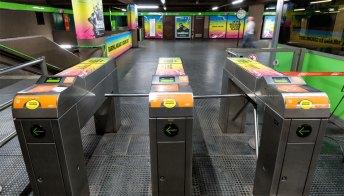 Metro Milano, arrivano le barriere contro i furbetti dei tornelli