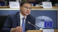 """Merkel e Dombrovskis spingono il MES: """"Basta ideologie, all'Italia conviene"""""""