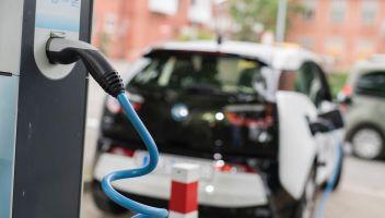Stop motori benzina e diesel: la data per l'Italia