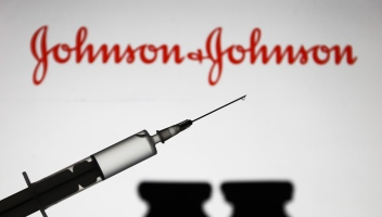 Vaccino Johnson&Johnson sospeso in Usa: casi di trombosi